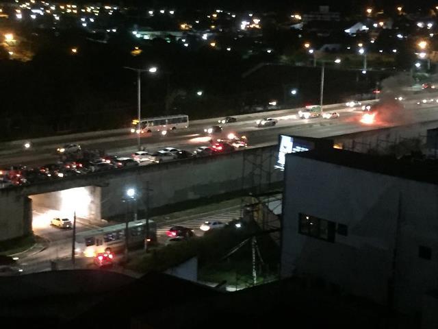 Carro pega fogo na BR-101 e provoca grande engarrafamento no sentido Zona Sul de Natal