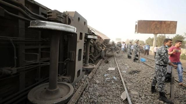 Trens descarrilam e causam a morte de 11 pessoas no Egito