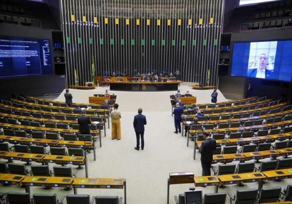 Projeto do 14º salário a aposentados do INSS avança na Câmara