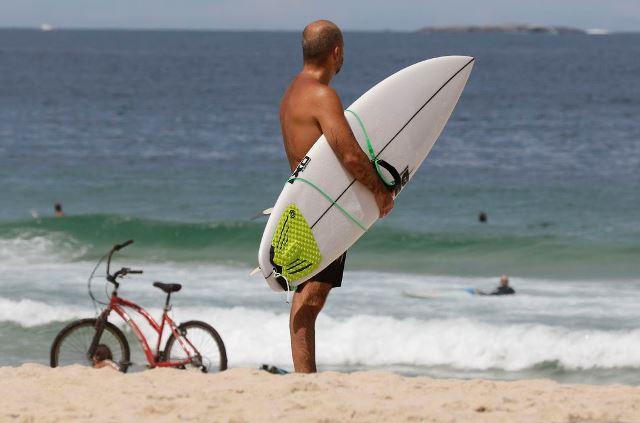 Rio autoriza permanência nas praias e acaba com toque de recolher