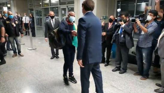 Caso Robson: ex-motorista volta ao Brasil recepcionado por Bolsonaro