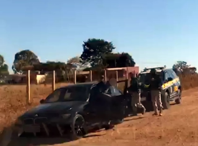 Carro foge de barreira montada para prender Lázaro Barbosa
